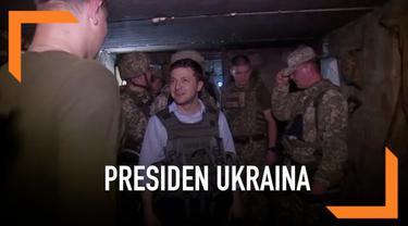 Presiden baru Ukraina Volodymyr Zelensky mengadakan kunjungan ke zona perang yang berdekatan dengan bagian pemberontak.