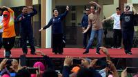 Presiden Joko Widodo (Jokowi) ditemani Menteri Kesehatan Nila F Moeloek ikut melakukan senam bersama di depan Kantor Wali Kota Tangerang, Minggu (4/11). Kegiatan tersebut dalam rangka perayaan Hari Kesehatan Nasional ke-54. (Liputan6.com/Johan Tallo)