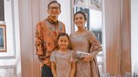 Momen kompak Masayu Anastasia dan Lembu Wiworo Jati asuh anak (Sumber: Instagram/masayuanastasia)