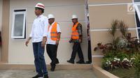 Presiden Joko Widodo didampingi Menteri PUPR Basuki Hadimuljono  dan Dirut BTN Maryono meninjau rumah contoh perumahan Persatuan Pencukur Rambut Garut (PPRG) di Garut, Jawa Barat, Sabtu (19/1). (Liputan6.com/Angga Yuniar)