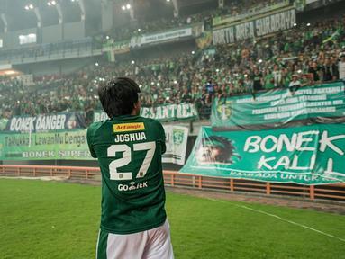 Joshua Suherman, seleb kelahiran Surabaya, 3 November 2002. Joshua memang seorang Bonek Mania. Hal tersebut terbukti dengan Jojo beberapa kali terlihat sedang mendukung Persebaya di stadion Gelora Bung Tomo.(Liputan6.com/IG/@jojosuherman)