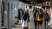 Calon penumpang mengenakan masker di Stasiun Jakarta Kota, Jakarta, Rabu (28/10/2020). Mengantisipasi lonjakan penumpang saat cuti bersama dan Sumpah Pemuda, PT KCI mengajak pengguna KRL bersatu dan bangkit melawan COVID-19 dengan menerapkan 3M. (Liputan6.com/Johan Tallo)