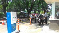 Petugas Dinas Perhubungan dan Transportasi DKI Jakarta menjaga di pintu depan gedung DPRD DKI Jakarta (Liputan6.com/ Ahmad Romadoni).