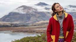 Tak hanya di Indonesia, Dimas Anggara ini juga menikmati liburannya di luar negeri. Saat berlibur ke nuansa alam di Selandia Baru, penampilan Nadine Chandrawinata juga tampak memukau. Ia tampak mengenakan busana berwarna abu-abu yang dipadukan dengan jaket merah.  (Liputan6.com/IG/@nadinelist)