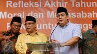 Sekjen PBNU, Helmy Faishal Zaini (kanan) memberi keterangan jelang pembacaan refleksi akhir tahun 2016 di Jakarta, Jumat (30/12). Dalam refleksinya, PBNU menyoroti pudarnya semangat toleransi dan kebhinekaan. (Liputan6.com/Helmi Fithriansyah)