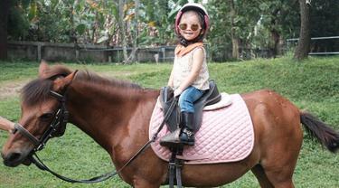 Sejak umur 3 tahun, Ruben Onsu sudah membelikan Thalia seekor kuda poni loh. Thalia terlihat lucu dan menggemaskan ya saat berada di atas kuda. (Liputan6.com/IG/@thaliaputrionsu)