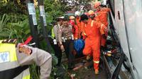 Tim SAR Bandung dan kepolisian mengevakuasi korban bus Kramat Jati. (Dok. Basarnas)