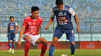 Gelandang Bali United, Sutanto Tan, saat mengawal Dendi Santoso (Arema) di Stadion Kanjuruhan, Malang (20/10/2018). (Bola.com/Iwan Setiawan)