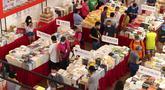 Para pengunjung terlihat di Pameran Buku Shanghai 2020 di Shanghai, China timur (12/8/2020). Pameran Buku Shanghai 2020 dimulai 12 dan 18 Agustus harus mendaftar dengan nama asli mereka, menunjukkan kode kesehatan, memakai masker, dan memeriksa suhu. (Xinhua/Ren Long)