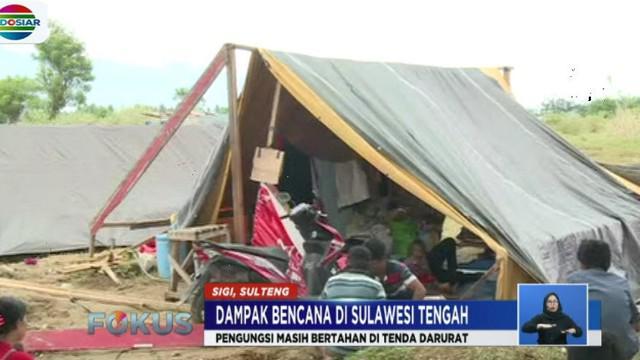 Mereka tak bisa kembali ke rumah lantaran akses jalan yang hancur dan sebagian besar rumah tak bisa lagi ditempati.