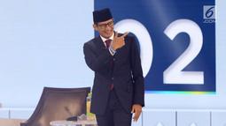 Cawapres nomor urut 02 Sandiaga Uno menaiki panggung debat cawapres 2019 di Hotel Sultan, Jakarta, Minggu (17/3). Debat itu mengangkat tema pendidikan, kesehatan, ketenagakerjaan, sosial dan budaya. (Liputan6.com/Johan Tallo)