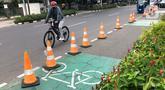 Pesepeda lewat di dekat jalur khusus sepeda, Blok M, Jakarta, Selasa (24/11/2020). Gubernur Anies Baswedan memperkirakan pembangunan jalur sepeda sepanjang 500 km di Ibu Kota bakal tertunda karena anggaran masih difokuskan untuk penanggulangan Covid-19 dan banjir. (Liputan6.com/Immanuel Antonius)