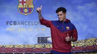 Gelandang baru Barcelona, Philippe Coutinho, diperkenalkan kepada publik di Barcelona, Minggu (7/1/2018). Pemain asal Brasil ini resmi didatangkan dari Liverpool dengan harga 160 juta euro. (AFP/Josep Lago)