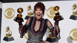 Laura Daigle berpose dengan penghargaan Grammy Awards 2019 di Staples Center, Los Angeles, AS, Minggu (10/2). Laura meraih Best Contemporary Christian Music Album dan Best Contemporary Christian Music Performance/Song.(Photo by Chris Pizzello/Invision/AP)