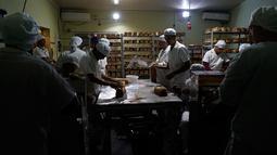 Para narapidana bekerja di sebuah toko roti di Penjara Punta de Rieles, Montevideo, Uruguay, 15 Mei 2019. Toko roti ini dimulai oleh dua narapidana yang mempertahankannya meski telah dibebaskan dan sekarang mempekerjakan 50 hingga 70 narapidana. (AP Photo/Matilde Campodonico)