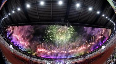 Pesta kembang api mewarnai upacara penutupan SEA Games 2019 di Stadion New Clark City, Filipina, Rabu (11/12). Filipina menjadi juara umum pada gelaran kali ini. (Bola.com/M Iqbal Ichsan)