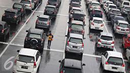 Kondisi Gerbang Tol Cibubur Utama saat libur panjang, Jakarta, Kamis (5/5). Tingginya volume kendaraan dari Jakarta yang menuju Bogor dan sekitarnya selama masa libur membuat arus lalu lintas di kawasan tersebut macet. (Liputan6.com/Immanuel Antonius)