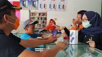 Catur, siswa MTs yang bekerja sebagai kuli bangunan dibelikan ponsel oleh Bupati Grobogan. (Foto: Liputan6.com/Felek Wahyu)