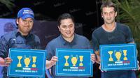 Presiden Inter Milan, Erick Thohir (tengah) dan mantan pemain Inter Milan, Cristian Chivu (kanan), foto bersama usai meluncurkan kartu anggota Inter Club Indonesia untuk musim 2016/2017 di Tanggerang, Banten, Minggu (15/5/2016). (Bola.com/Vitalis Yogi Tri