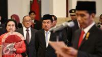 Wapres Jusuf Kalla bersama Mantan Presiden RI ke-5, Megawati Soekarno Putri saat hadir dalam pelantikan Gubernur dan Wakil Gubernur hasil Pilkada serentak di Istana Negara, Jakarta (12/2).  (Liputan6.com/Faizal Fanani)