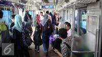 Sejumlah penumpang menaiki kereta rel listrik di Stasiun Bogor, Jawa Barat, Rabu (21/12). PT KAI Commuter Jabodetabek (KCJ) menargetkan untuk dapat melayani 1,2 juta penumpang per hari pada awal 2019. (Liputan6.com/Faizal Fanani)