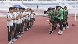 Para pemain Timnas Indonesia U-22 bersama pelatih dan official doa bersama saat latihan di Stadion Rizal Memorial, Manila, Senin (25/11). Latihan ini persiapan jelang laga SEA Games 2019 melawan Thailand. (Bola.com/M Iqbal Ichsan)