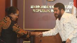 Menteri PPPA, Yohana Yembise bersalaman dengan Ketua MK Anwar Usman saat pertemuan di Jakarta, Rabu (26/12). Menteri Yohana mengapresiasi putusan MK atas Judicial Review batas minimal usia perkawinan untuk prempuan. (Liputan6.com/Herman Zakharia)