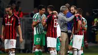 Pelatih Real Betis Enrique Stein Solar (ketiga kanan) berbicara dengan pemain AC Milan Gonzalo Higuain di akhir pertandingan Grup F Liga Europa di Stadion San Siro, Milan, Italia, Kamis (25/10). Real Betis menekuk AC Milan. (AP Photo/Antonio Calanni)