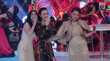 Aksi pedangdut Dewi Perssik (kiri), Siti Badriah (kanan), dan  Zaskia Gotik (tengah) saat tampil dalam Indonesian Dangdut Awards 2018 di Jakarta, Jumat (12/10). Mereka membawakan lagu Bintang Pentas, Bara Bere, dan Tarik Selimut. (Faizal Fanani)