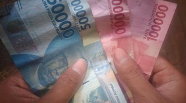 Ilustrasi uang Rp300 ribu. (Liputan6.com/Ahmad Adirin)