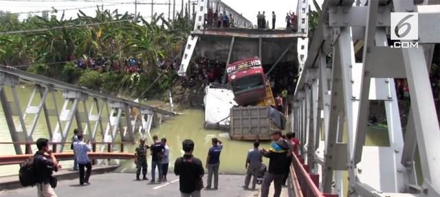 Jembatan Widang di Tuban, Jawa Timur, ambruk, pada Selasa (17/4/2018). Seorang pengendara sepeda motor meninggal dunia karena terimpit truk yang teperosok ke sungai.