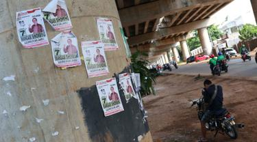 Pengendara berhenti di dekat alat peraga kampanye calon legislatif yang menempel di sepanjang tiang penyangga Jalan Tol Desari, Jakarta, Kamis (25/4). Meskipun Pemilu serentak telah selesai, namun masih banyak APK di sejumlah sudut Ibu Kota dan menjadi sampah visual. (Liputan6.com/Immanuel Antonius)