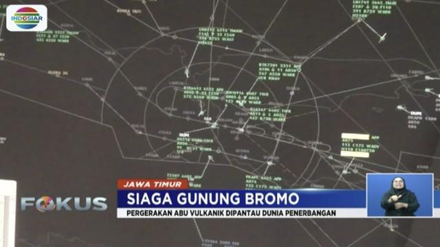 Abu vulkanik Gunung Bromo masih bergerak, Airnav Surabaya rancang peralihan rute penerbangan.