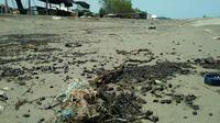Nelayan di pesisir utara Karawang kembali dibuat resah dengan kemunculan limbah minyak mentah yang mengotori perairan mereka. (Liputan6.com/ Abramena)