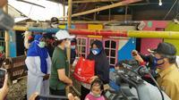 Kemensos Bagikan 1.700 Paket Sembako ke Masyarakat Pesisir Tangerang (Foto:Liputan6/Pramita Tristiawati)