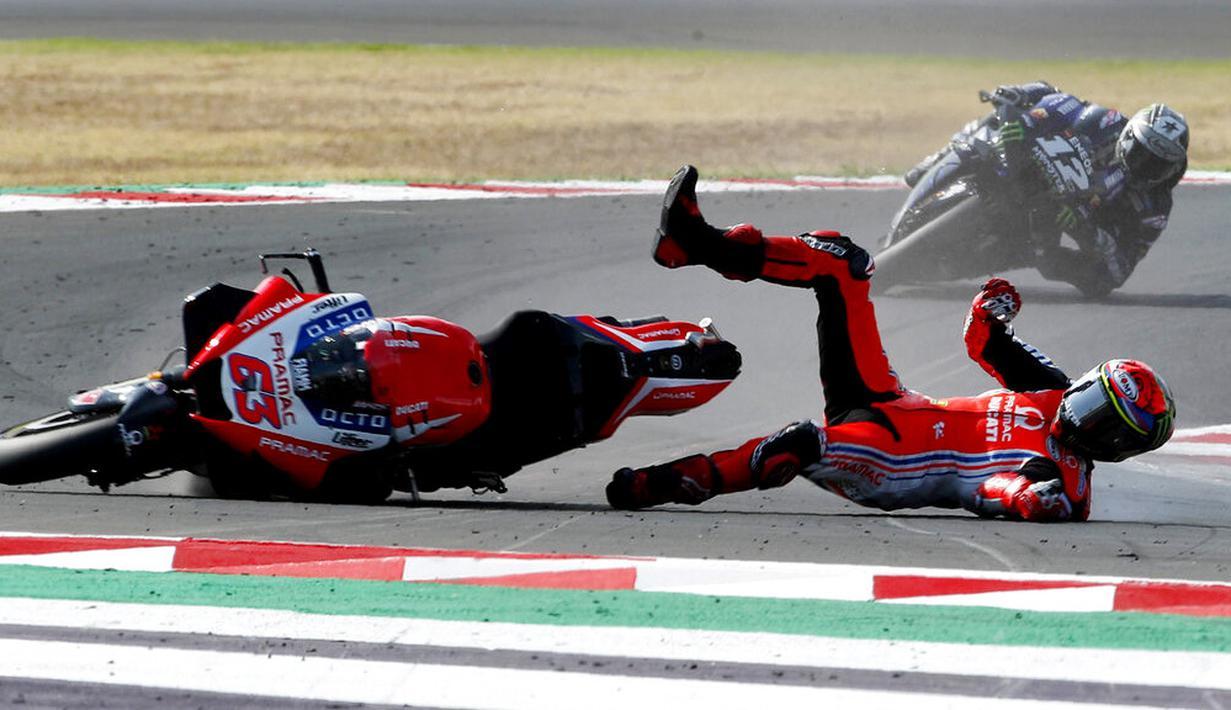 Pembalap Pramac Racing, Francesco Bagnaia, terjatuh saat balapan MotoGP Emilia Romagna di Sirkuit Misano, Italia, Minggu (20/9/2020). Bagnaia yang sempat memimpin balapan gagal menjadi juara setelah terjatuh pada lap ke-21. (AP/Antonio Calanni)