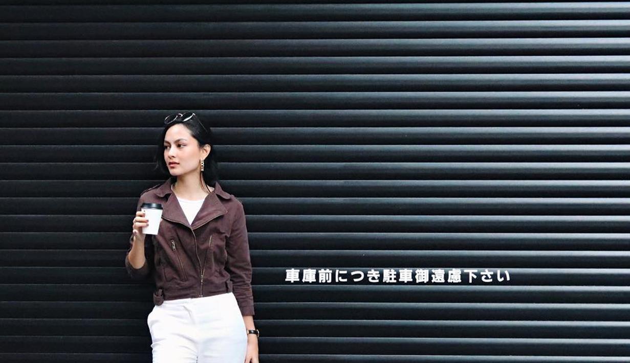 Menggunakan Blazer berwarna cokelat dengan celana wana putih, Clara tampil sangat santai saat liburan ke Jepang. Wanita cantik ini ternyata sudah memulai karir di dunia hiburan sebagai model dan bintang video klip Rizky Febian pada tahun 2016. (Liputan6.com/IG/clarabernadeth)