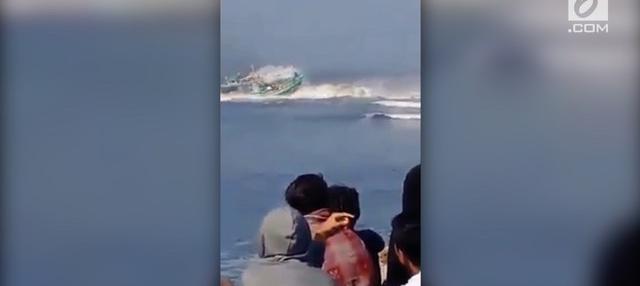 Kapal nelayan bernama Joko Berek, diterjang ombak saat hendak berbelok.