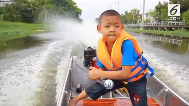 Keahlian bocah asal Thailand ini patut diacungi jempol. Meski usianya masih 5 tahun, ia mampu mengemudikan perahu.
