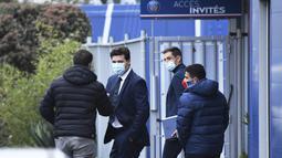 Pelatih Paris Saint-Germain (PSG), Mauricio Pochettino, meninggalkan Pusat Latihan PSG di Paris, Selasa, (5/1/2021).  PSG resmi memperkenalkan Pochettino sebagai pelatih baru. (Photo by Bertrand GUAY / AFP)