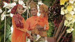 Pasangan Ruben Onsu dan Sarwendah juga sedang mempersiapkan kelahiran anak keduanya. Pada Maret lalu mereka sempat melakukan upacara 7 bulanan dengan adat Jambi uang disebut dengan Menuak (Kapanlagi/Muhammad Akrom Sukarya)