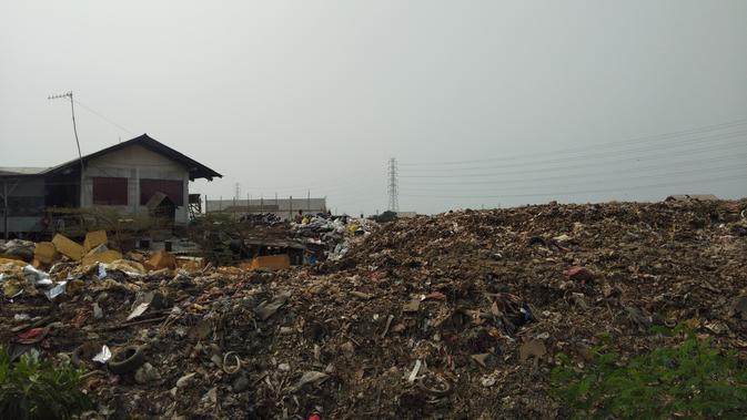 Pemandangan tumpukan sampah bukanlah hal yang aneh bagi Rokayyah. Namun, dulu tak sebanyak seperti sekarang. (Foto: Ady Anugrahadi)