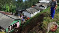 Tanah longsor di Pasuruan, Jawa Timur. (Antara Foto/Adhitya Hendra)