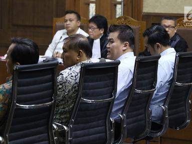 Andi Agustinus alias Andi Narogong (ketiga kiri) menjawab pertanyaan saat bersaksi pada sidang lanjutan dugaan korupsi E-KTP  dengan terdakwa Irvanto H Pambudi dan Made Oka Masagung di Pengadilan Tipikor, Jakarta, (25/9). (Liputan6.com/Helmi Fithriansyah)