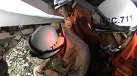 Petugas melakukan evakuasi korban bangunan ambruk di Kamboja. Dok: AP News