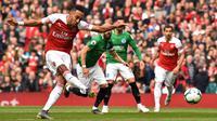 Proses gol penaltih yang dicetak striker Arsenal, Pierre-Emerick Aubameyang, ke gawang Brighton pada laga Premier League di Stadion Emirates, London, Minggu (5/5) Kedua klub bermain imbang 1-1. (AFP/Glyn Kirk)