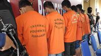 Enam pengedar dan kurir narkoba yang ditangkap kepolisian di Pekanbaru. (Liputan6.com/M Syukur)