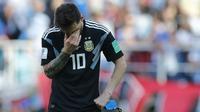 Bintang Argentina, Lionel Messi, tampak sedih usai ditahan imbang Islandia pada laga Grup D Piala Dunia di Stadion Spartak, Moskow, Sabtu (16/6/2018). Dirinya gagal penalti, Argentina ditahan imbang 1-1 oleh Islandia. (AFP/Ricardo Mazalan)