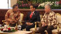 Presiden Joko Widodo berbincang dengan Menteri Perekoniman, Darmin Nastion dan Mendag Enggartiasto Lukita saat rapat kerja Kementerian Perdagangan (Kemendag) 2018 di Istana Negara, Jakarta, Rabu (31/1). (Liputan6.com/Angga Yuniar)