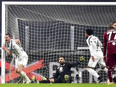 Bek Juventus, Leonardo Bonucci, melakukan selebrasi usai mencetak gol ke gawang Torino pada laga Liga Italia di Stadion Allianz, Minggu (6/12/2020). Juventus menang dengan skor 2-1. (Marco Alpozzi/LaPresse via AP)